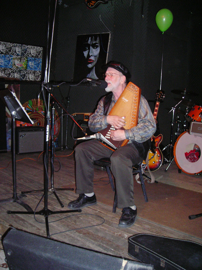 Dennis Olsen plays autoharp and sings at a 2006 Hometown Artist's Rodeo
