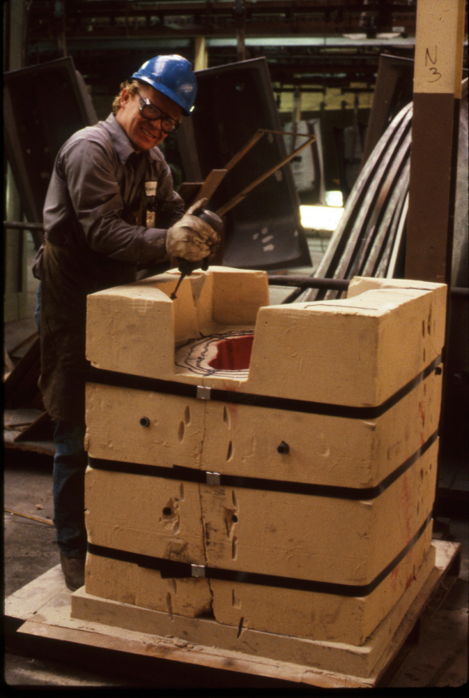 Applying glue for the lid to the Hare sand mold, 1988