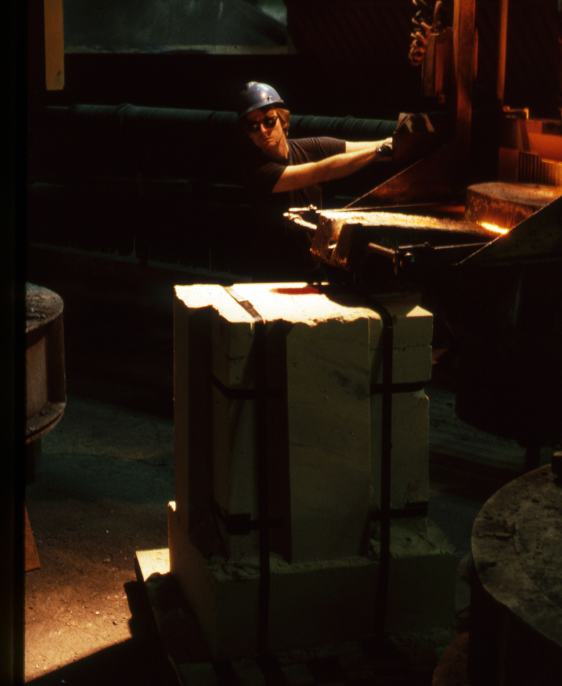 Pouring the Hare sand mold, 1988